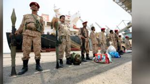 مقاتلون حوثيون قبل انسحابهم من ميناء الحديدة في اليمن