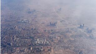 الضباب الدخاني يغلف المباني على مشارف العاصمة الهندية نيودلهي في 25 نوفمبر 2014