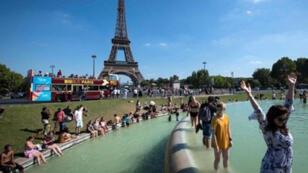 نافورة تروكاديرو أمام برج إيفل كانت ملاذا باردا وموضع ترحيب بالنسبة لسكان باريس والزوار على حد سواء -