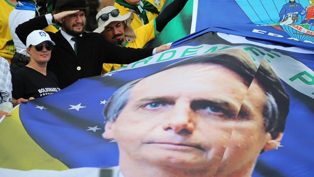 ملصق للرئيس البرازيلي المنتخب جاير بولسونار