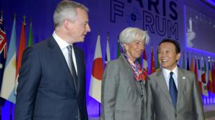 كريستين لاغارد رفقة الوزير الفرنسي برونو لومير (يسار) والصيني تارو آسو، باريس 07/05/19
