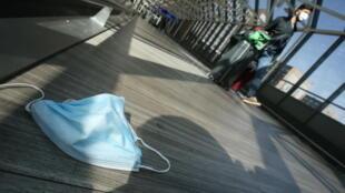 كمامة على الأرض في مطار فرانكفوت، ألمانيا