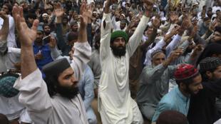"""أنصار حزب """"حركة لبيك باكستان"""" المتطرف يرددون شعارات ويغلقون شارعا احتجاجا على اعتقال زعيمهم بعد دعواته لطرد السفير الفرنسي في لاهور في 16 أبريل 2021"""