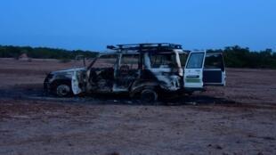 حطام السيارة التي قُتل فيها ستة عمال إغاثة فرنسيين ومرشدهم المحلي والسائق على يد مسلحين مجهولين كانوا يركبون دراجات نارية في منطقة جنوب غرب النيجر.