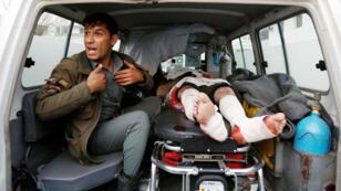 أحد الجرحى في سيارة الإسعاف بعد التفجير الانتحاري في كابول