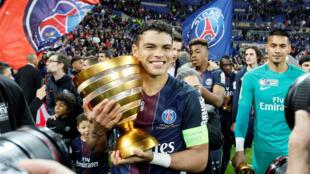 تياغو سيلفا كابتن فريق باريس سان جرمان يحمل كأس الرابطة الفرنسية