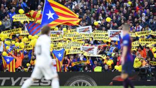 مشجعو برشلونة يرفعون لافتات تطالب بالحرية في ملعب كامب نو يوم 18 أكتوبر 2018
