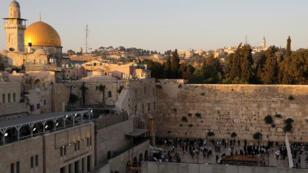 منظر عام للمدينة القديمة بالقدس يُظهر الحائط الغربي ، أقدس صلاة لليهودية وقبة الصخرة المعروف للمسلمين بالملاذ المقدس