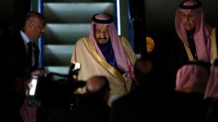الملك سلمان عند وصوله إلى مطار هانيدا الدولي في طوكيو