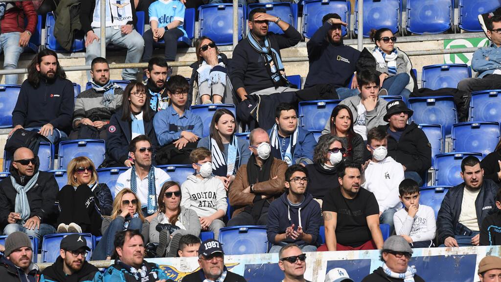 جمهور إيطالي يرتدي القناع في الملعب