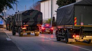 عربات الجيش تنقل جثامين المتوفين بوباء كورونا في ايطاليا