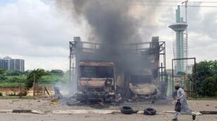 رجل يهرب من الاشتباكات الدائرة في نيجيريا