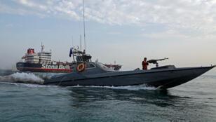زورق تابع للحرس الثوري الايراني الى جانب ناقلة النفط البريطانية