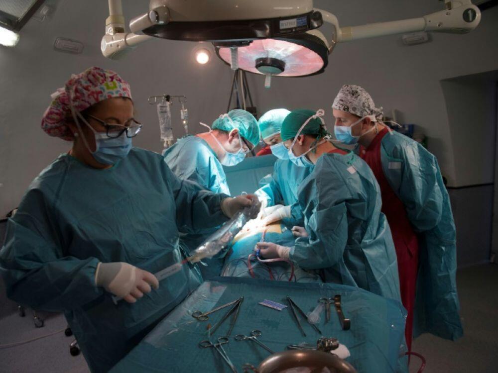 أطباء فرنسيون في غرفة العمليات