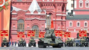 دبابة تي 34 خلال عرض عسكري في موسكو