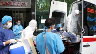 عملية نقل مرضى فيروس الكورونا إلى المستشفيات، طهران، إيران