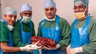 الجراحون يحملون الكلية المصابة بعد العملية الجراحية في مستشفى سير جانغا رام في نيودلهي