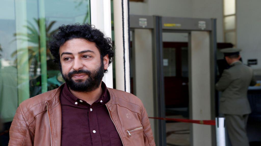 الصحفي والناشط عمر الراضي ينتظر أمام المحكمة في الدار البيضاء