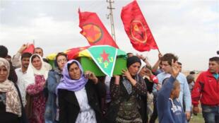 """نساء كرديات يشيعن مقاتلة كردية من """"وحدات حماية المرأة"""" قتلت أثناء القتال ضد تنظيم """"داعش"""" في """"كوباني"""""""