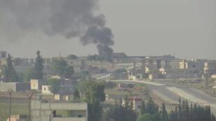 الدخان يتصاعد في بلدة تل أبيض على الحدود السورية كما يظهر من أكاكالي ، تركيا-