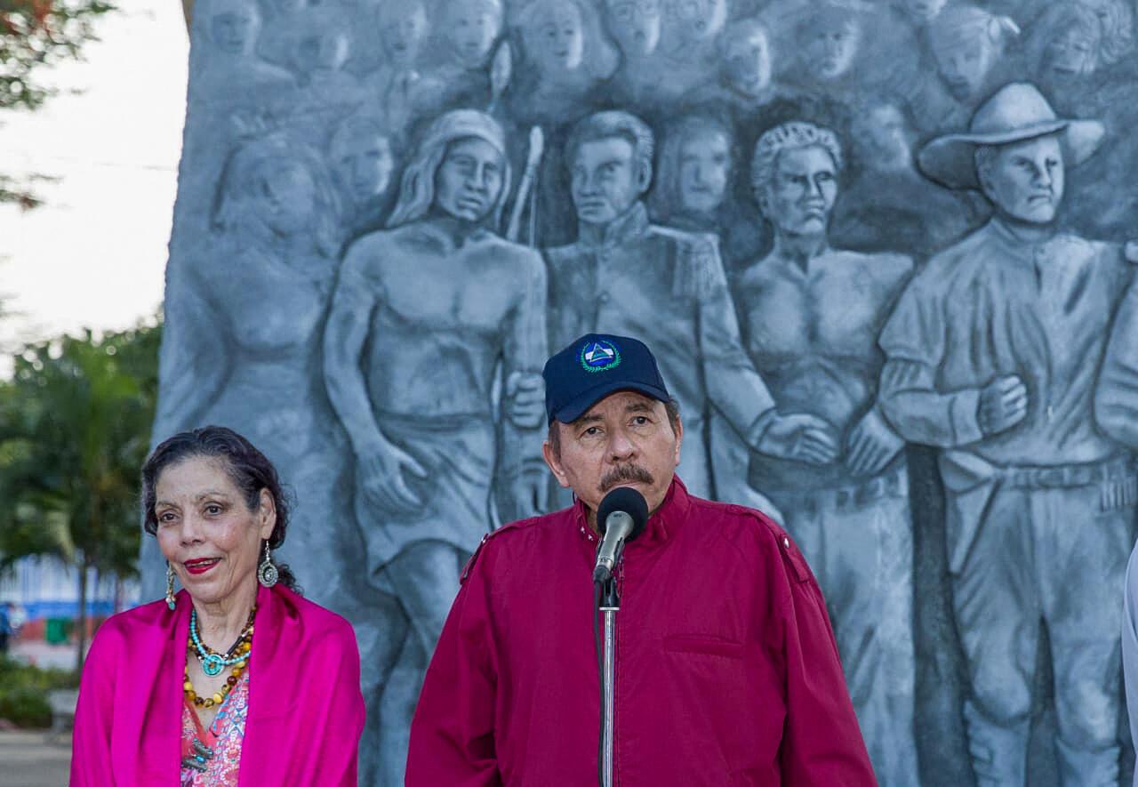 رئيس نيكاراغوا دانيال أورتيغا، ونائبة الرئيس روزاريو موريللو خلال مراسم الذكرى السنوية لميلاد الزعيم السانديني كارلوس فونسيكا أمادور في ساحة الثورة، في ماناغوا، يوم الأربعاء 23 يونيو 2021.