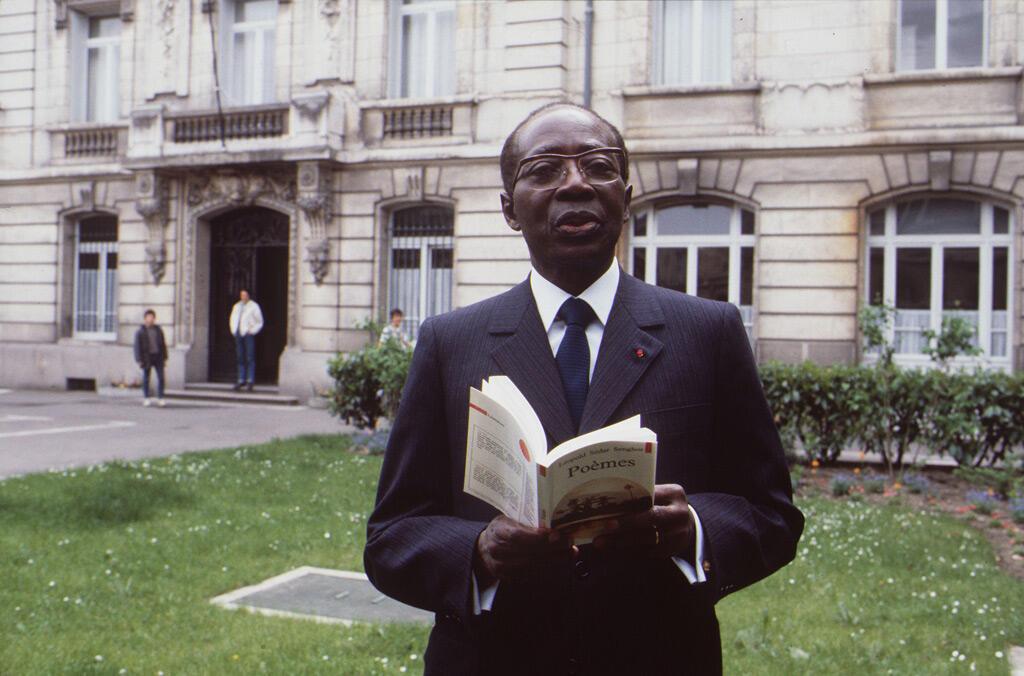 سنغور يقرأ من قصائده خلال ندوة مخصصة لأعماله في مدينة تور الفرنسية في 10 أيار 1985