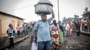 في شارع مزدحم بالسكان الذي تشردوا بعد ثوران بركان من جبل نيراجونجو في 23 مايو 2021 في جوما شرق جمهورية الكونغو الديمقراطية.