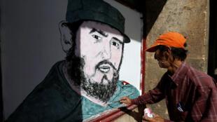 فنان محلي يرسم صورة لفيدال كاسترو  وسط مدينة هافانا بعد الإعلان عن وفاة الزعيم الكوبي