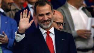 الملك فيليبي السادس يحيي الجمهور قبل بدء مباريات كرة القدم، مدريد (16-09-2017)