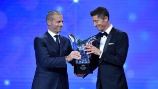 روبرت ليفاندوفسكي يتسلم جائزة أفضل لاعب في أوروبا عتم 2020 من رئيس الاتحاد الأوروبي لكرة القدم السلوفيني ألكسندر تشيفيرين