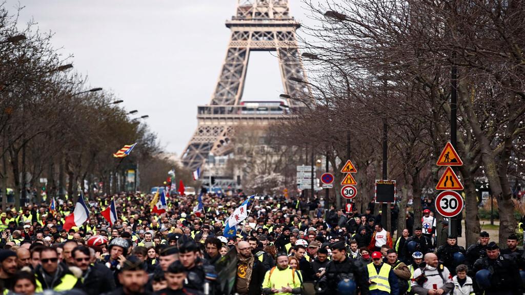 محتجو السترات الصفر قرب برج ايفل