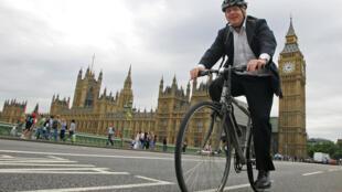 بوريس جونسون على دراجته الهوائية