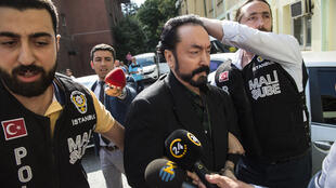 الداعية الديني التركي عدنان أوكتار مع الشرطة في اسطنبول