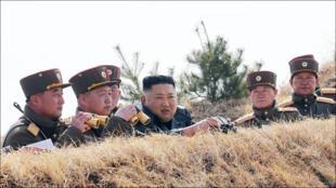 كيم جونغ أون مع قيادات في الجيش الكوري الشمالي