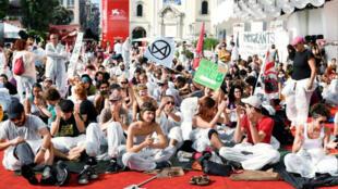نشطاء يفترشون البساط الأحمر بمهرجان البندقية للمطالبة بمكافحة تغير المناخ