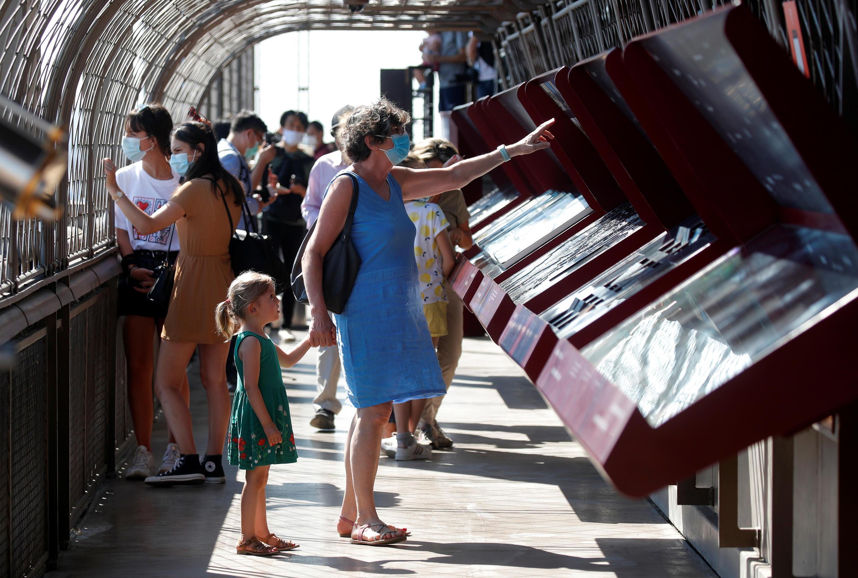 touristes tour effel 25 06 2020
