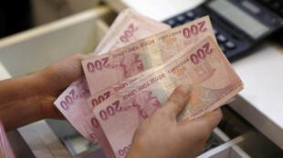 أوراق ليرة تركية لدى صراف في اسطنبول