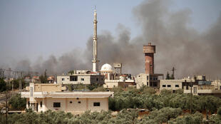 الدخان يتصاعد إثر قصف الجيش