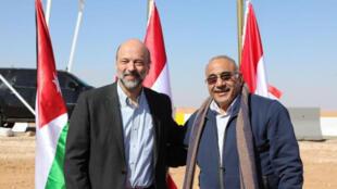 رئيس الوزراء الأردني عمر الرزاز يقف مع نظيره العراقي عادل عبد المهدي على الحدود بين البلدين