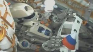 الروبوت الروسي  داخل مركبة سويوز