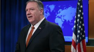 وزير خارجية الولايات المتحدة مايك بومبيو متحدثا إلى وسائل الإعلام حول إيران وكوبا والتظاهرات في هونغ كونغ-