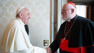 البابا فرانسيس مع رئيس الأساقفة الألمان في ميونيخ وفريسينج، الكاردينال الألماني رينهارد ماركس، خلال لقاء خاص في الفاتيكان، في 3 فبراير 2020