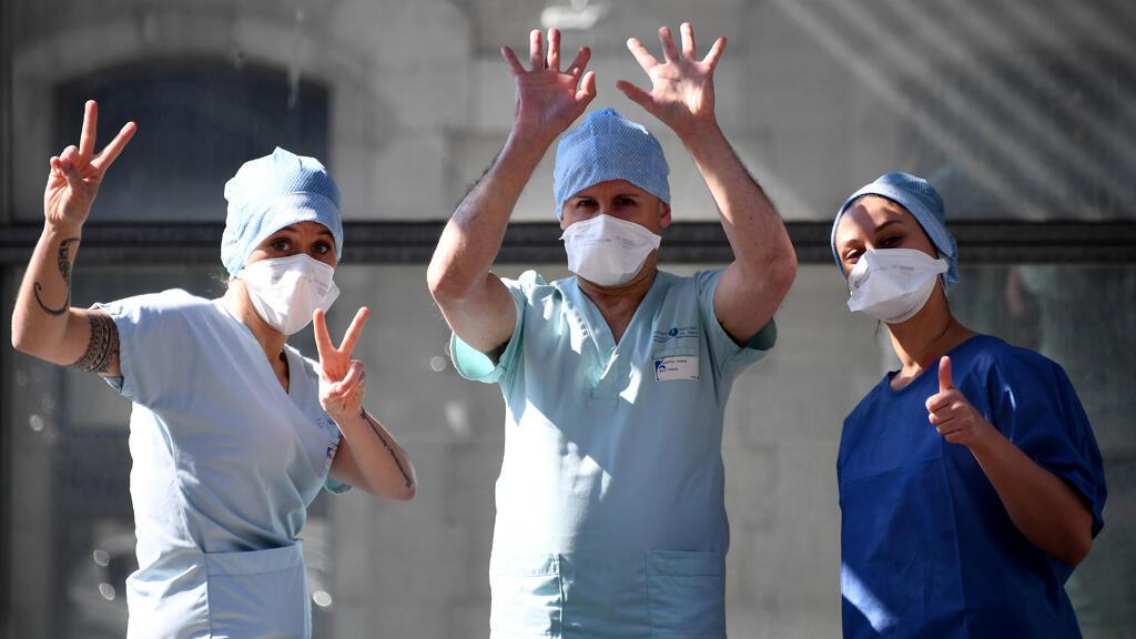 أفراد من الطاقم الطبي في قسم الطوارئ في مستشفى تينون الباريسي، أثناء استراحتهم