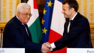 الرئيس الفرنسي ايمانويل ماكرون يستقبل رئيس السلطة الفلسطينية محمود عباس