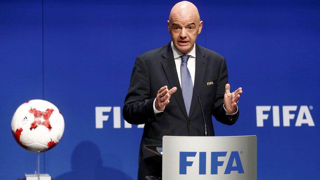 جاني انفانتينو رئيس الاتحاد الدولي لكرة القدم خلال ندوة صحفية في مقر الفيفا بزيورخ