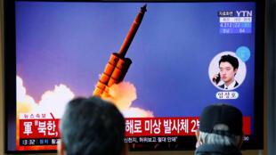 كوريون جنوبيون يشاهدون أخبار الصواريخ الشمالية
