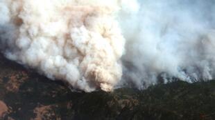 الدخان يتصاعد من حريق لغابات في كاليفورنيا بالولايات المتحدة يوم 14 سبتمبر 2020
