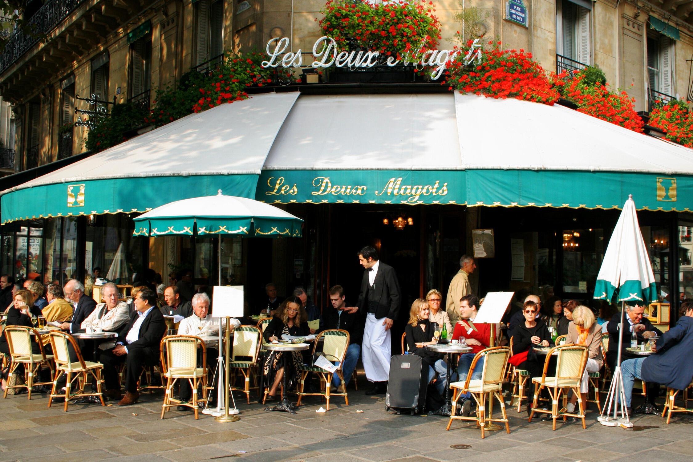 """صورة لمقهى باريسي """"لي دو ماغو"""""""