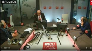 أندريه مهاوج يتوسط كمال طربية ( على اليمين) وأنطوان منسي في استديو مونت كارلو الدولية بباريس