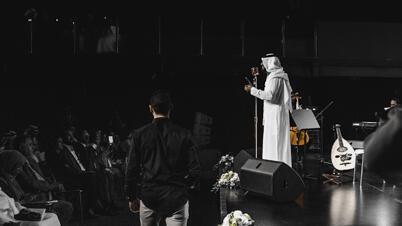 المطرب والملحن الإماراتي طارق المنهالي خلال حفل موسيقي